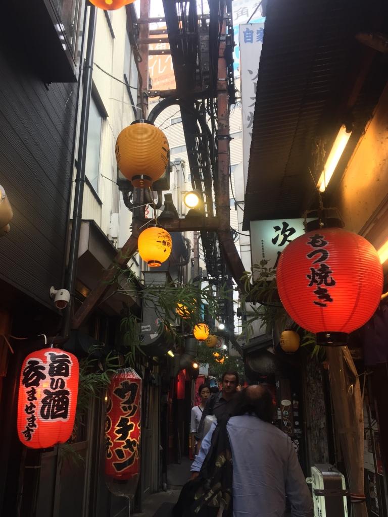 La stradina piena di locali di Omode Yococho a Shinjuku