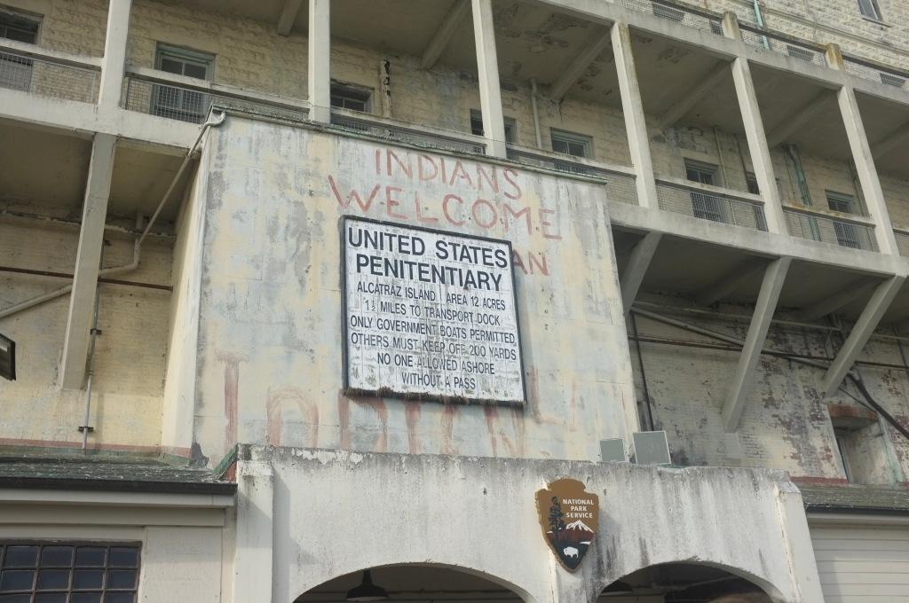 """""""Indians Welcome"""", scritta sulla facciata dell'edificio 64 ad Alcatraz"""