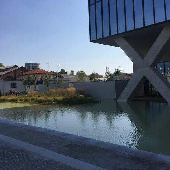 Piazza Olivetti, particolare dello specchio d'acqua