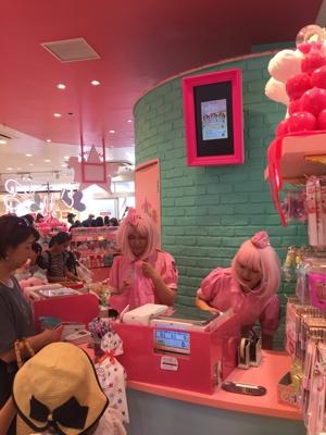 un negozio tutto rosa a Takeshita Street