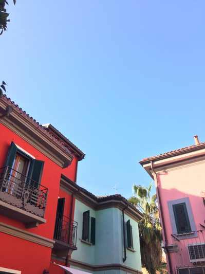 via Lincoln, le case rosa, azzurra e rossa