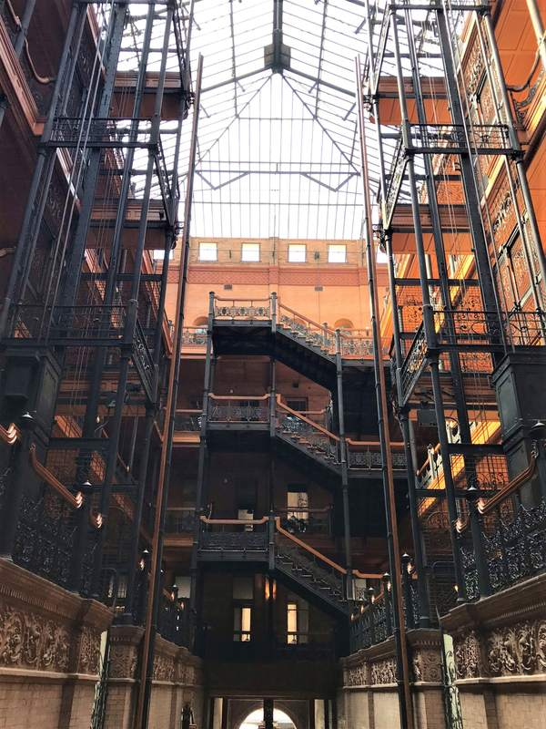 Interno del Bradbury Building con le balconate in ferro battuto