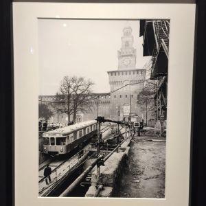 Un vagone della metropolitana davanti al Castello Sforzesco