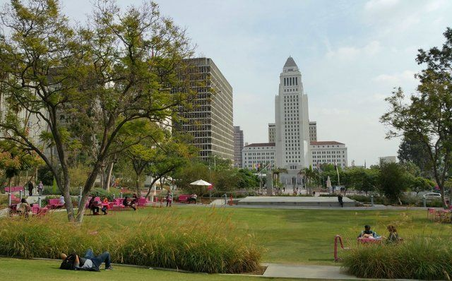 Veduta del Los Angeles City Hall da Grand Park