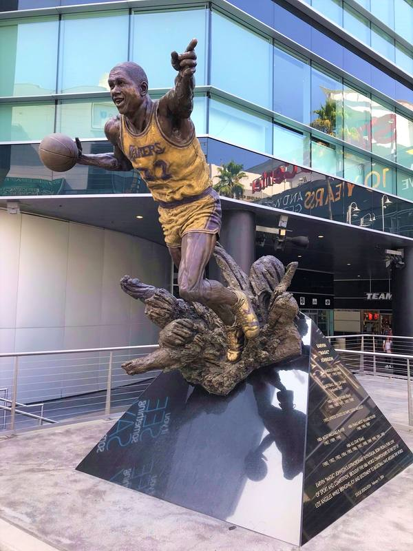 La stauta di Magic Johnson all'esterno dello Staple Center