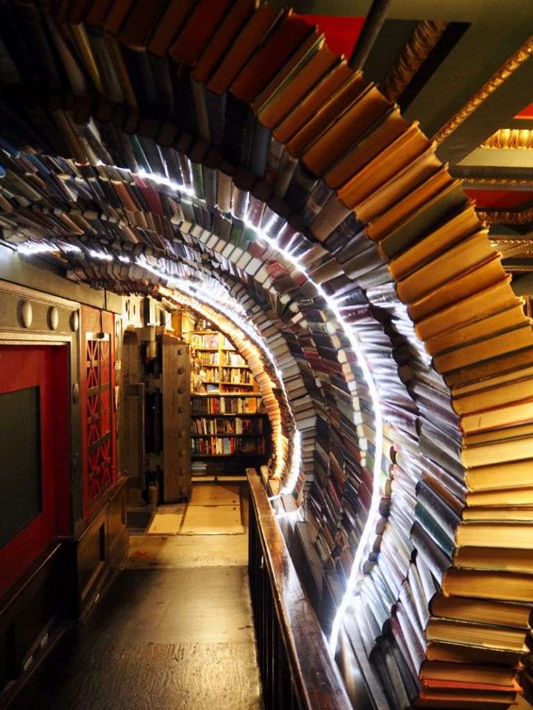 Tunnel di libri dentro The last bookstore a Downtown L.A.