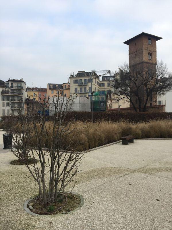 La piazza lungo via Brisa