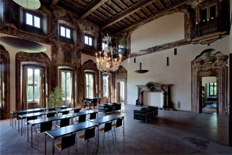 La sala lettura della biblioteca rionale di villa Litta-Modignani