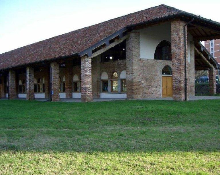 L'esterno della Biblioteca Chiesa Rossa a Milano