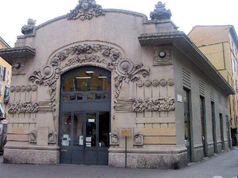 La facciata Liberty della Biblioteca rionale di Porta Venezia