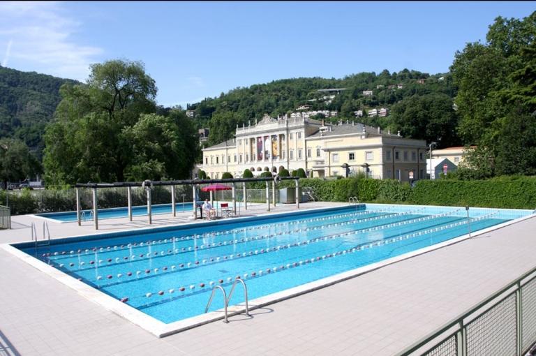 La piscina del Lido con Villa Olmo sullo sfondo
