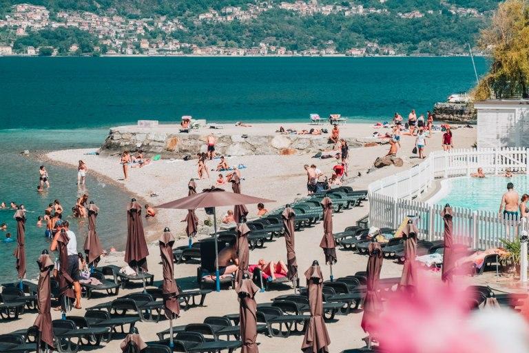 La spiaggia e la piscina del lido di Bellano