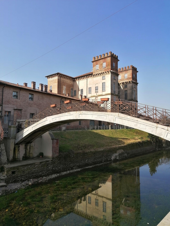 Il ponte degli scalini che attraversa il Naviglio