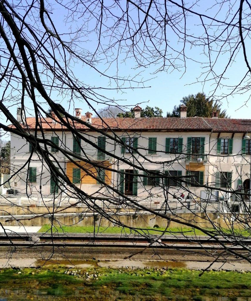 La facciata di Villa Sironi Marelli con il particolare del finto bugnato